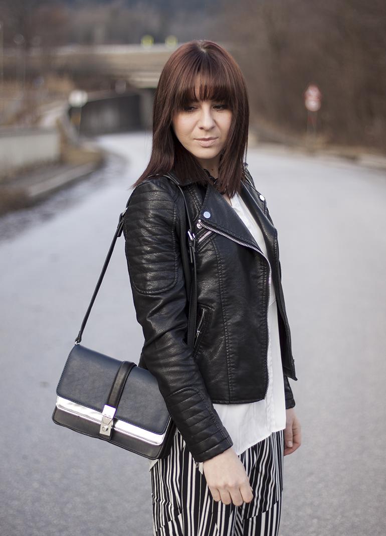 Streifenhose, schwarze Lederjacke, weiße Bluse, Tasche silber Zara, Pumps Buffalo Sarenza
