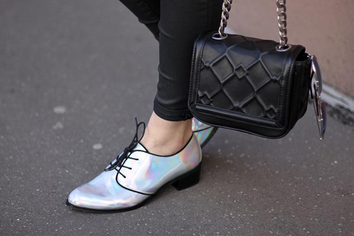 silberne Oxfords, silberne flache Schuhe, hellblaue Lederjacke Zara,
