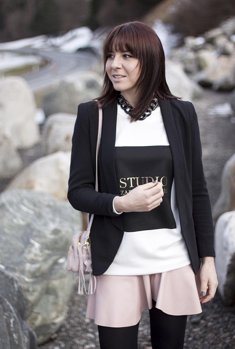 Rosa Lederrock von Zara, Acne Lookalike Pullover Zara, Chelsea Boots Lack Zara, französische Bulldogge fawn, rosa Tasche H&M Trend