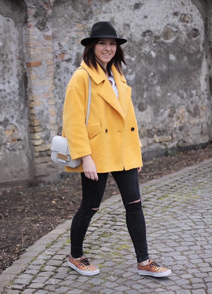 gelber Mantel H&M Trend, High Waist Jeans shredded, Tasche, Vans Tigermuster