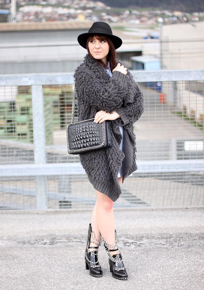 whoismocca, inlovewithfashion hellblaues Bikerkleid, XL Cardigan OASAP, Chanel Lookalike Boots Annaxi, Zara Chanel Lookalike Tasche Boy