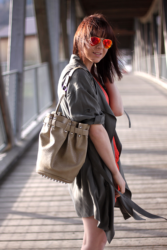 whoismocca, Sammydress Kleid koralle, Trenchcoat khaki Bershka, Sandaletten High Heels khaki Zara, Alexander Wang lookalike bag, Ray Ban mirrored sunglasses