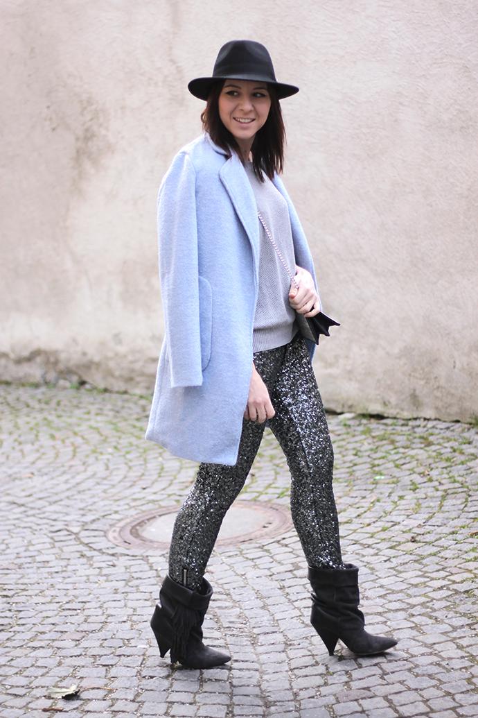 Dresslily hellblauer Mantel, Supertrash Hose Pailletten, Isabel Marant pour H&M Boots,
