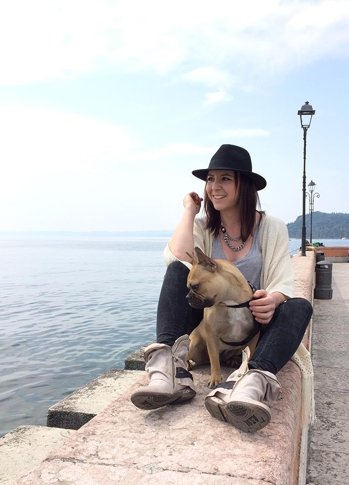 whoismocca, lago di garda, lazise, bardolino, see, airstep boots, keilabsatz wedge, jeans, highwaist, cardigan fringe, hut, französische bulldogge