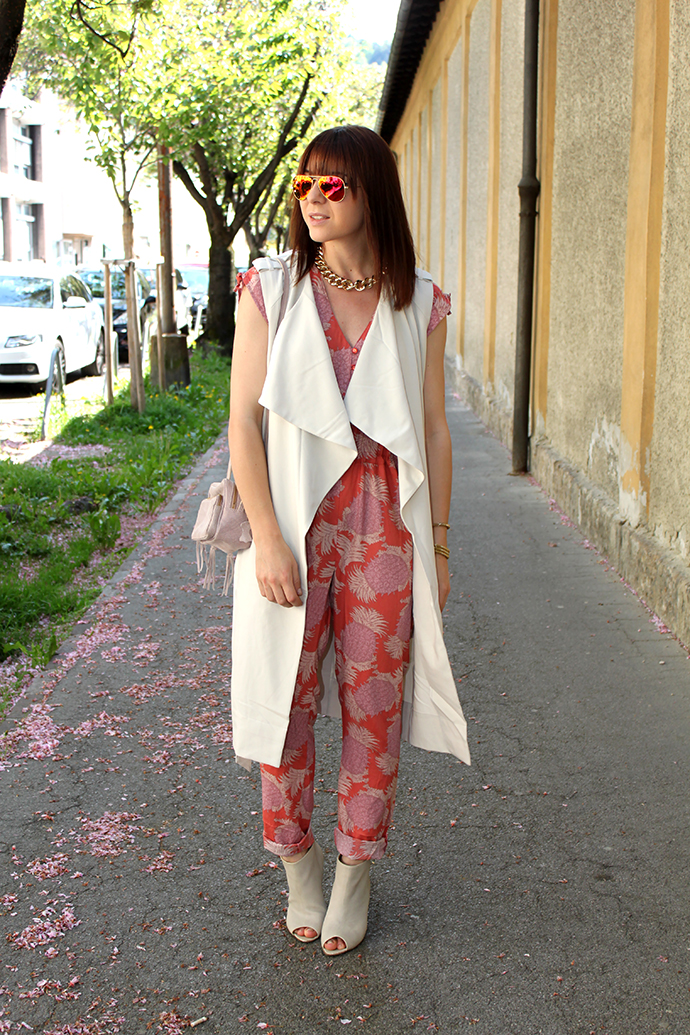 whoismocca, blutsgeschwister jumpsuit ananas, contemporary heatwave collection, wedges cos, trenchcoat weste vest H&M, sonnenbrille ray ban