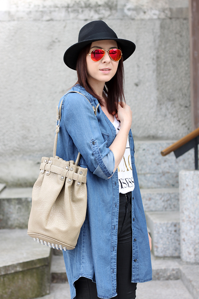 whoismocca, Fransenboots, Isabel Marant lookalike, Maniolos, womanday, jeans, jeanshemd, jeanskleid, jeanscardigan, alexander wang lookalike, studded hobo bucket bag, ray ban mirrored rot gelb