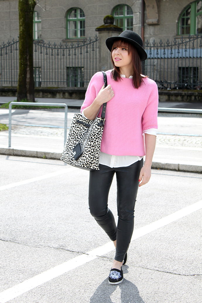whoismocca, lederhose, kenzo espadrilles sarenza, shopper animal print fell zara, pinker pullover zara, weiße seidenbluse H&M, chanel iphone case bag tasche