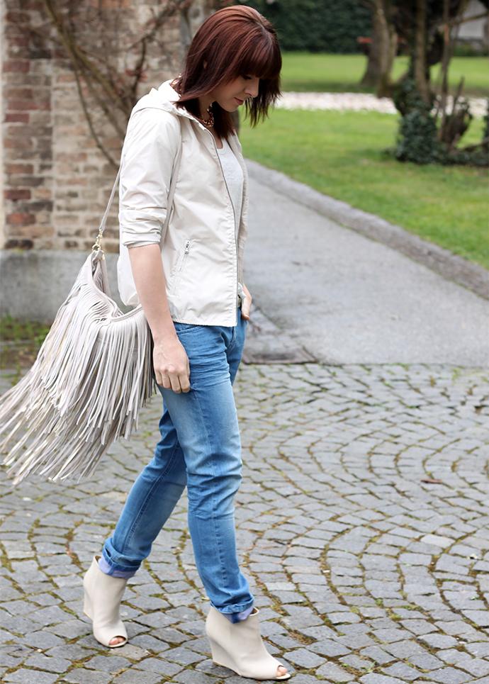 whoismocca, opus fashion, boyfriend jeans, shirt, wedges cos, nylon jacke, sportliche jacke, fransen hobo bag H&M Trend