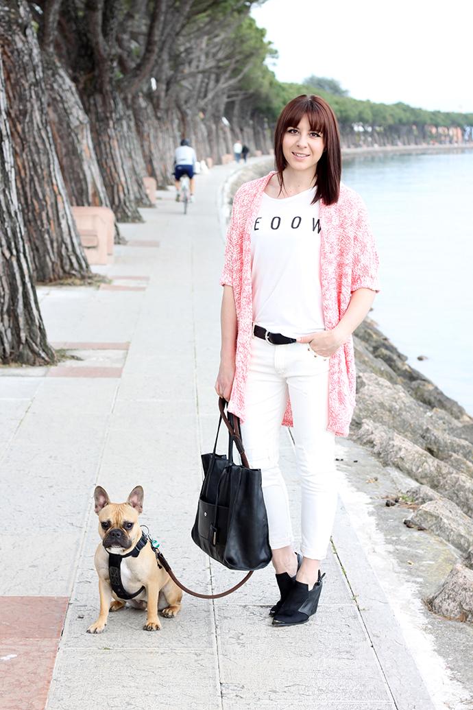 whoismocca, boyfriend jeans weiß, weißes Printshirt, cardigan noisy may pink, mules schwarz forever21, gianni chiarini shopper, französische bulldogge, gardasee, peschiera, lago di garda