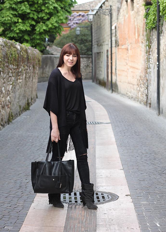 whoismocca, fashionblogger, outfit minimalistisch, schwarz, isabelmarantpourhm, gianni chiarini, fransen cardigan, basic shirt, Schwarz ist das neue Schwarz