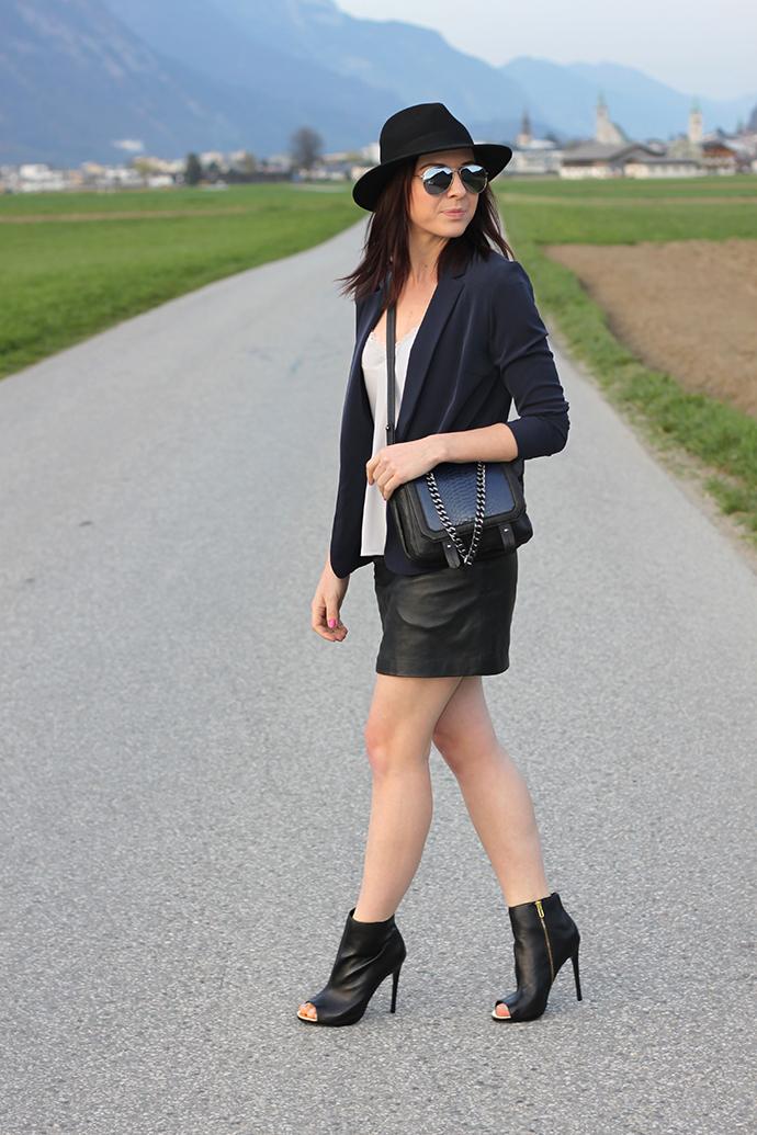 whoismocca, Lederrock, Zara, Steve Madden Cut Out Stiefeletten, Blazer, Lingerie Shirt, H&M Trend Tasche