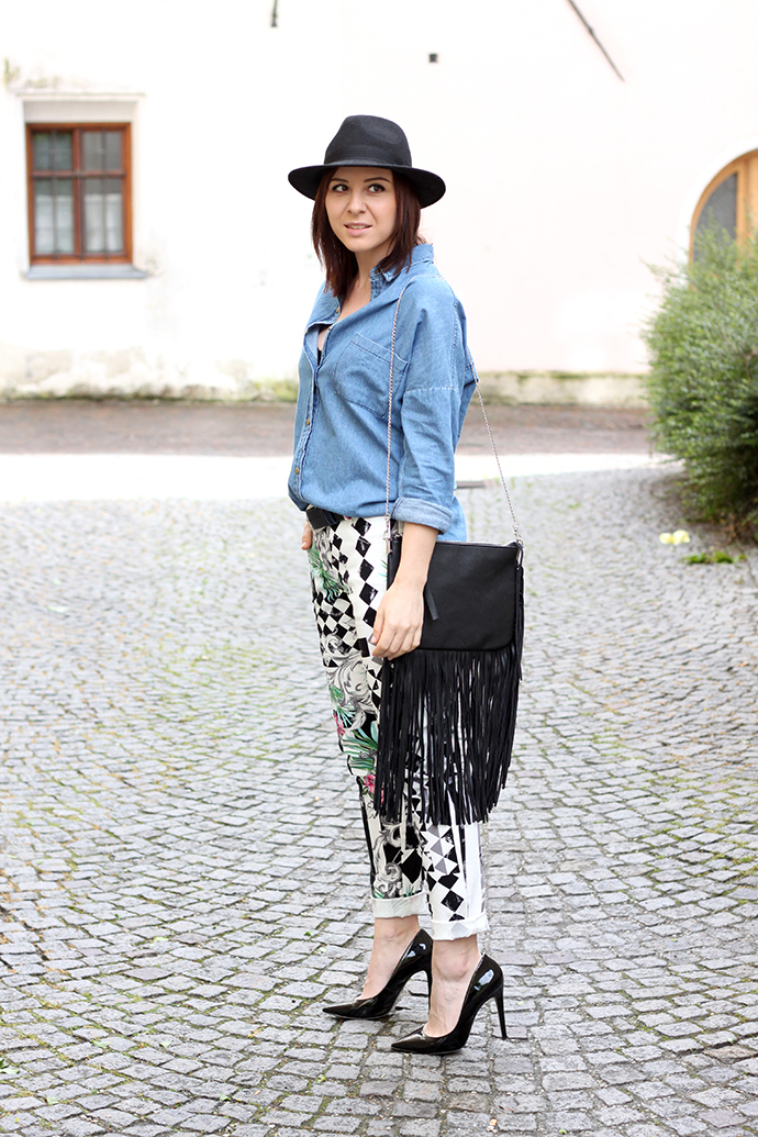 who is mocca, fashionblogger, oesterreich, tirol, printhose anja rubik, wenz, get the look, jeanshemd yesstyle, pumps buffalo sarenza, fransentasche H&M, Hut