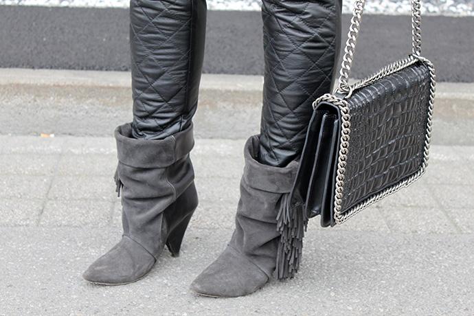 who is mocca, fashionblog tirol, fashionblog deutschland, lederhose asos, basicshirt grau, isabel marant pour h&m boots, zara chanel boy chain bag, levis jeansjacke, hut, statementkette