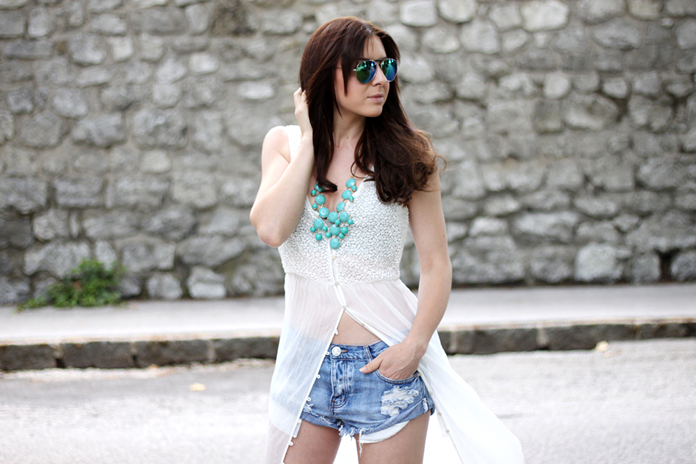who is mocca, fashionblog tirol, deutschland fashionblog, zara maxikleid weiss, one teaspoon denim shorts, bustier grau H&M, high heels türkis zara, statementkette türkis H&M, verspiegelte Sonnenbrille Mango