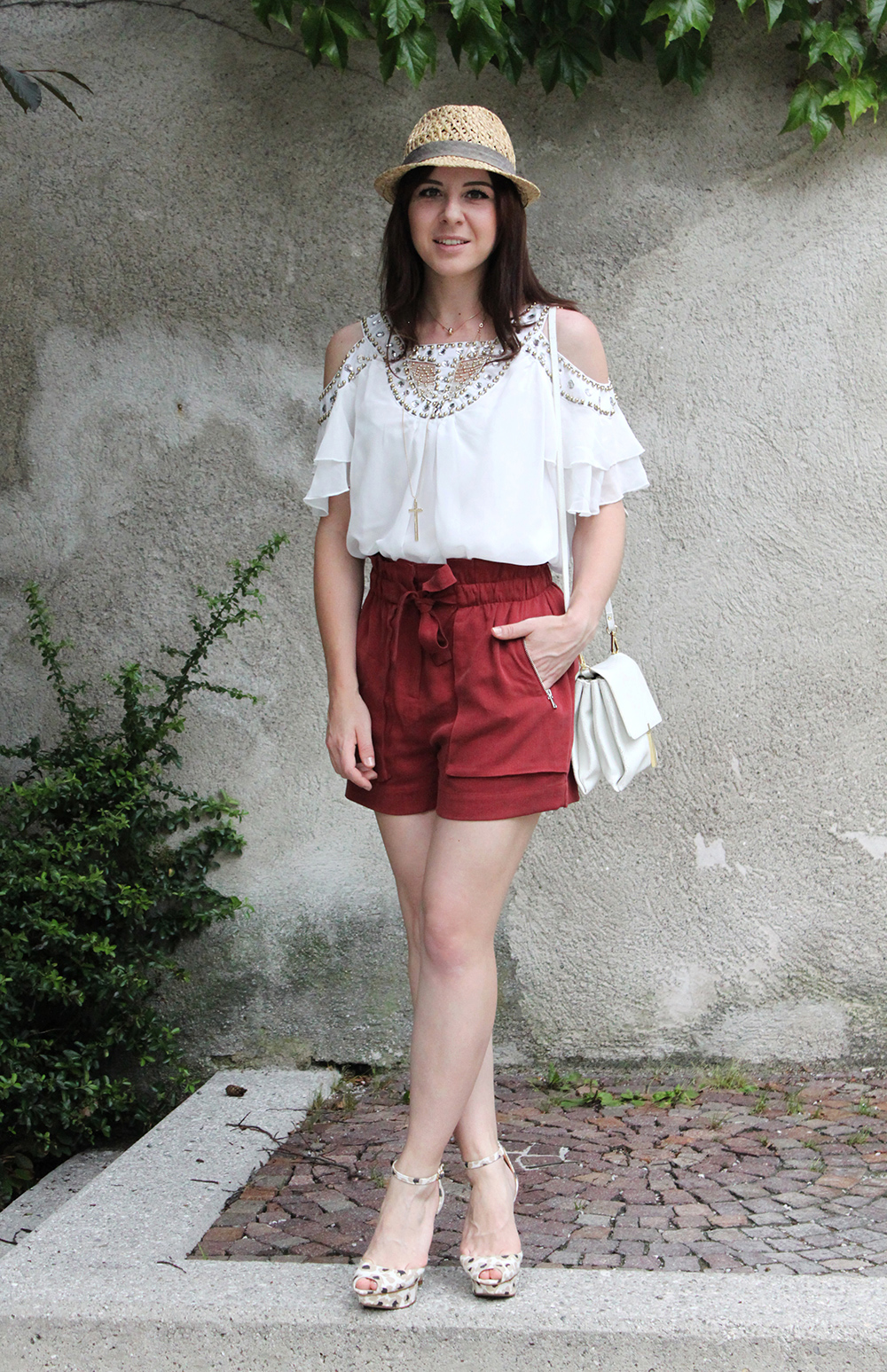 who is mocca, fashionblog tirol, fashionblog austria, rote high waist shorts zara, high heels print zara, tunika steine cityrack, ledertasche zara, strohhut H&M men, kreuz kette H&M