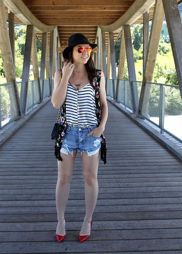 who is mocca, fashionblog tirol, austria, deutschland, one teaspoon jeansshorts, streifenshirt, blumenkimono, fransen, pumps, leder zara, verspiegelte Sonnenbrille Ray ban, Fedora Hut Lierys, filigrane Kette, Outfit Inspiration