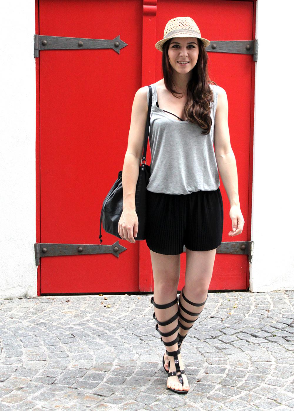 who is mocca, fashionblog austria, fashionblog tirol, plissee shorts, römersandalen zara, gladiator sandalen, pieces bucket bag, sarenza beuteltasche schwarz, basic shirt, strap bh, bra let straps, strohhut H&M