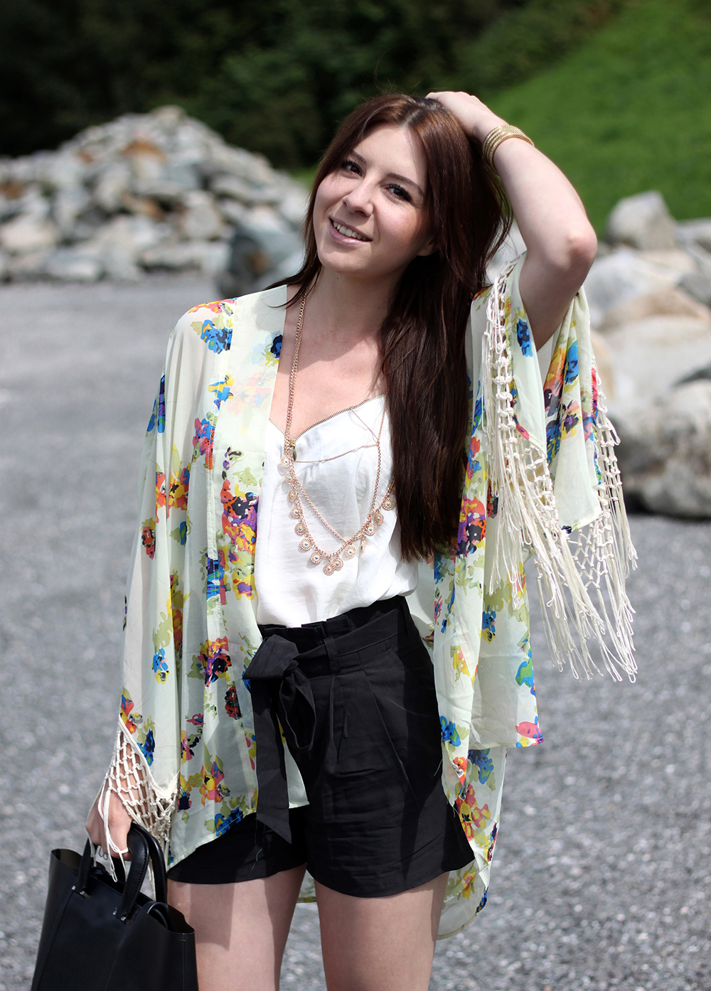 whoismocca, fashionblog tirol, fashionblog österreich, asos kimono, blumen fransen kimono, high heels sandaletten H&M, High waist shorts H&M, Shirt Satin New Yorker, Kette Forever21, Shopper & other stores, Great Lengths Extensions