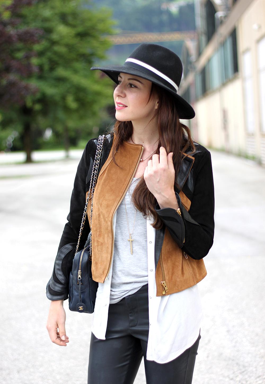 who is mocca, fashionblog tirol, fashionblog österreich, lederhose warehouse, boots asos, lederjacke H&M Trend spring collection, weiße lange Bluse, Basic Shirt, Ketten, Fedora Hut, blaue Chanel Vintage Tasche