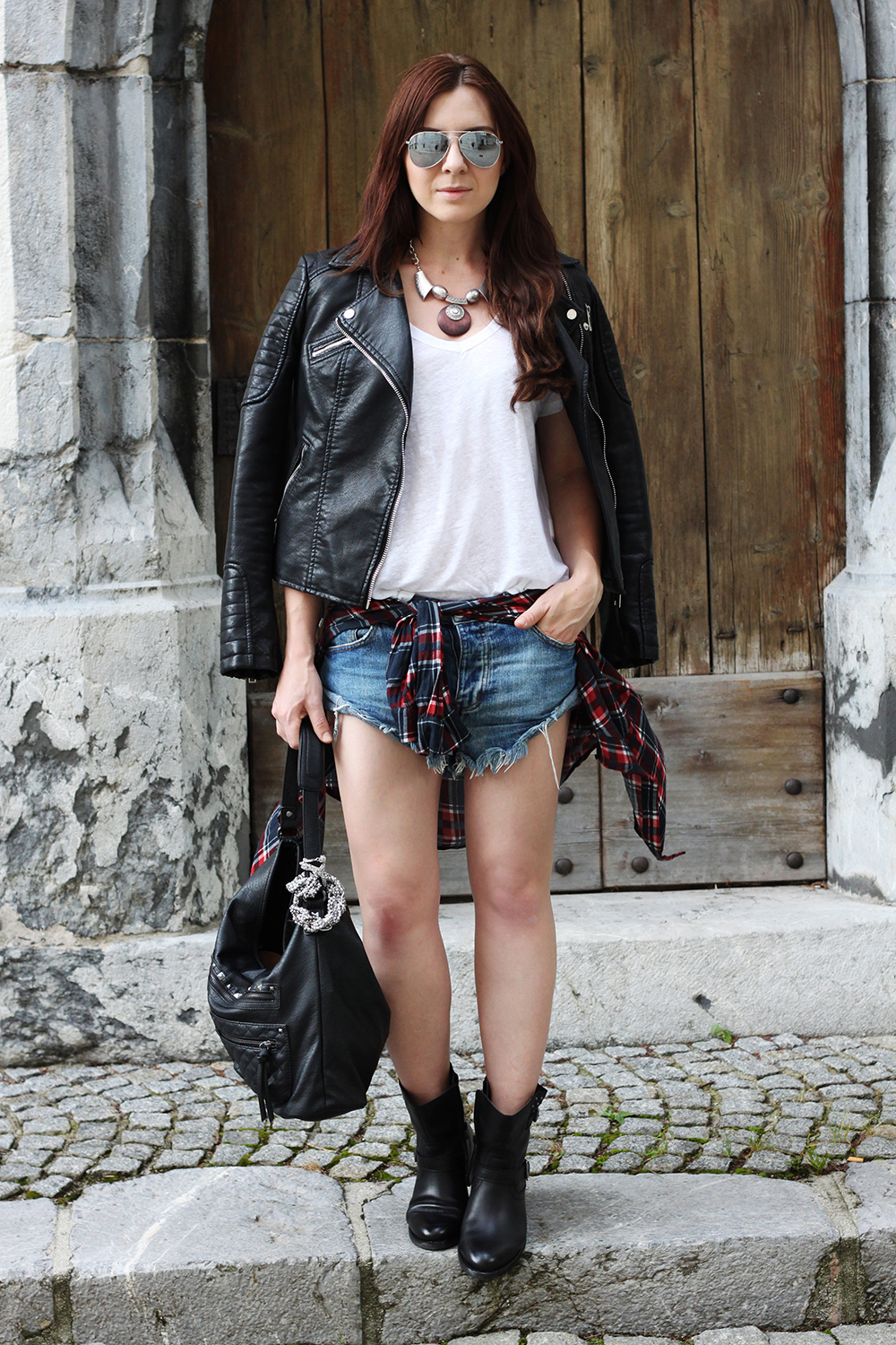 who is mocca, fashionblog österreich, fashionblog tirol, one teaspoon denim shorts, bikerboots tchibo, lederhandtasche tchibo, kette tchibo, lederjacke zara, leinenshirt zara, französische bulldogge, sibirischer Husky