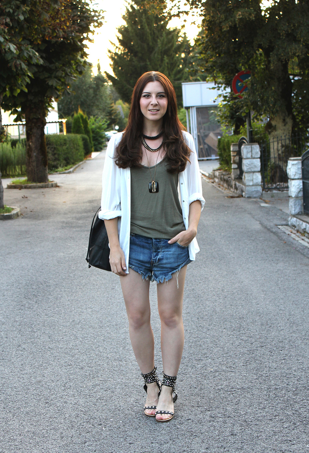 who is mocca, fashionblog österreich, fashionblog tirol, one teaspoon denim shorts, zara top sale khaki, bluse H&M weiss, isabel marant lookalike sandalen, ketten, layered necklaces, great lengths extensions, beuteltasche pieces, bucket bag sarenza