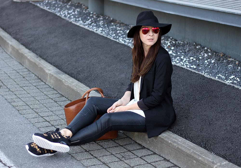 who is mocca, fashionblog tirol, fashionblog österreich, lederhose H&M, Adidas Originals Sneaker, shopper zara, longblazer, lange bluse, fedora hut topshop, ray ban verspiegelte Sonnenbrille, layering, layered necklaces