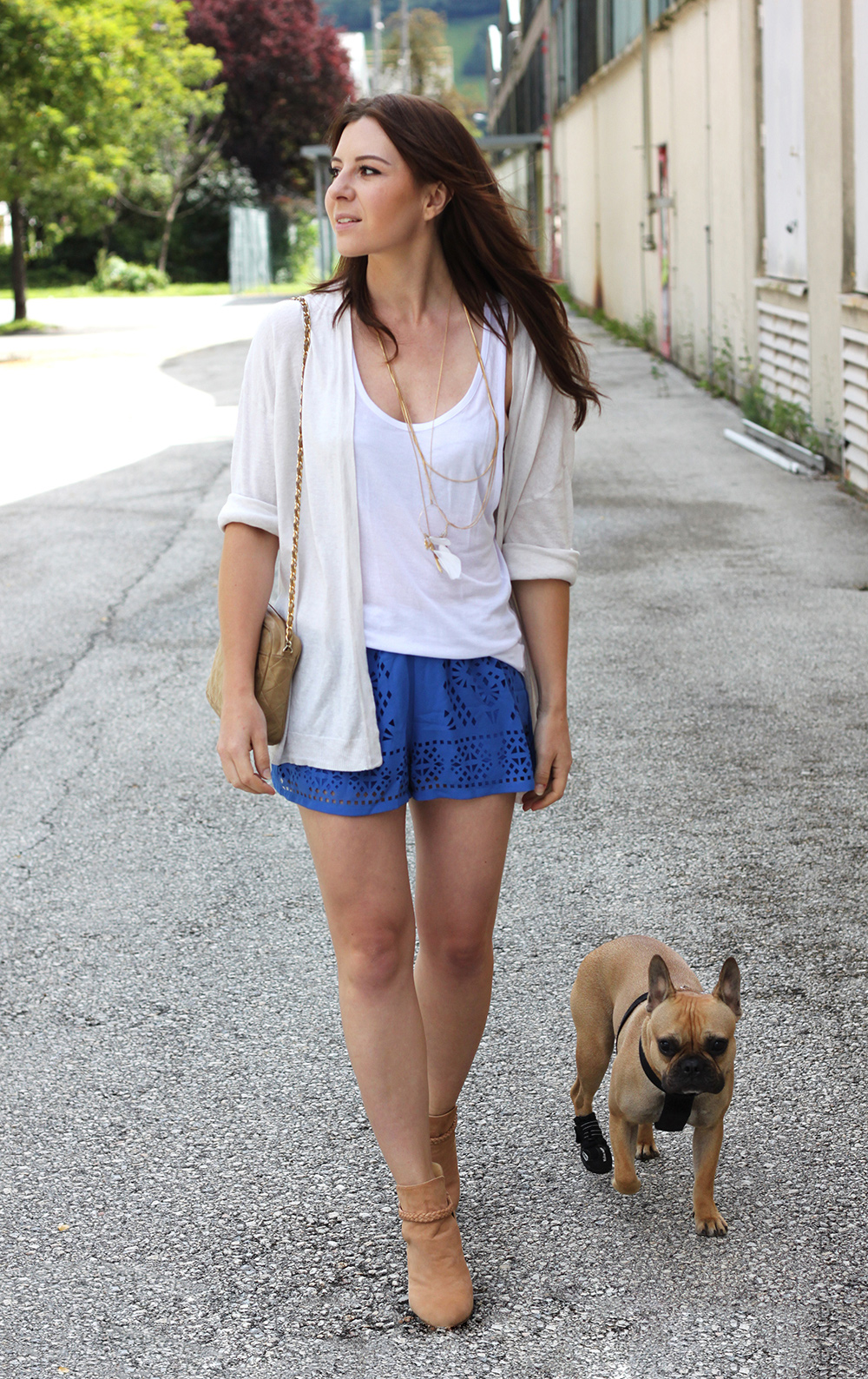 who is mocca, fashionblog tirol, fashionblog österreich, blaue shorts satin plisse blackfive, leinen shirt primark, weiter cardigan H&M, Boots Kaviar Gauche for Zalando, Chanel Vintage Tasche beige, layered necklaces