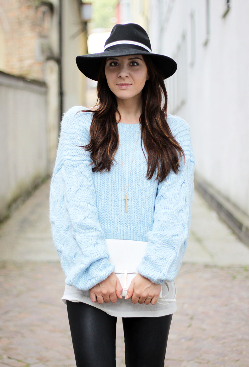 who is mocca, fashionblog tirol, lederhose warehouse, isabel marant pour H&M boots, choies pullover rückenfrei, babyblauer Strickpullover, Topshop Fedora Hut, Zara Ledertasche, Great Lengths Extensions