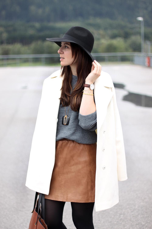 58774fa7167295 ... who is mocca, fashionblog tirol, fashionblog österreich, lederrock mango,  grauer pullover, ...