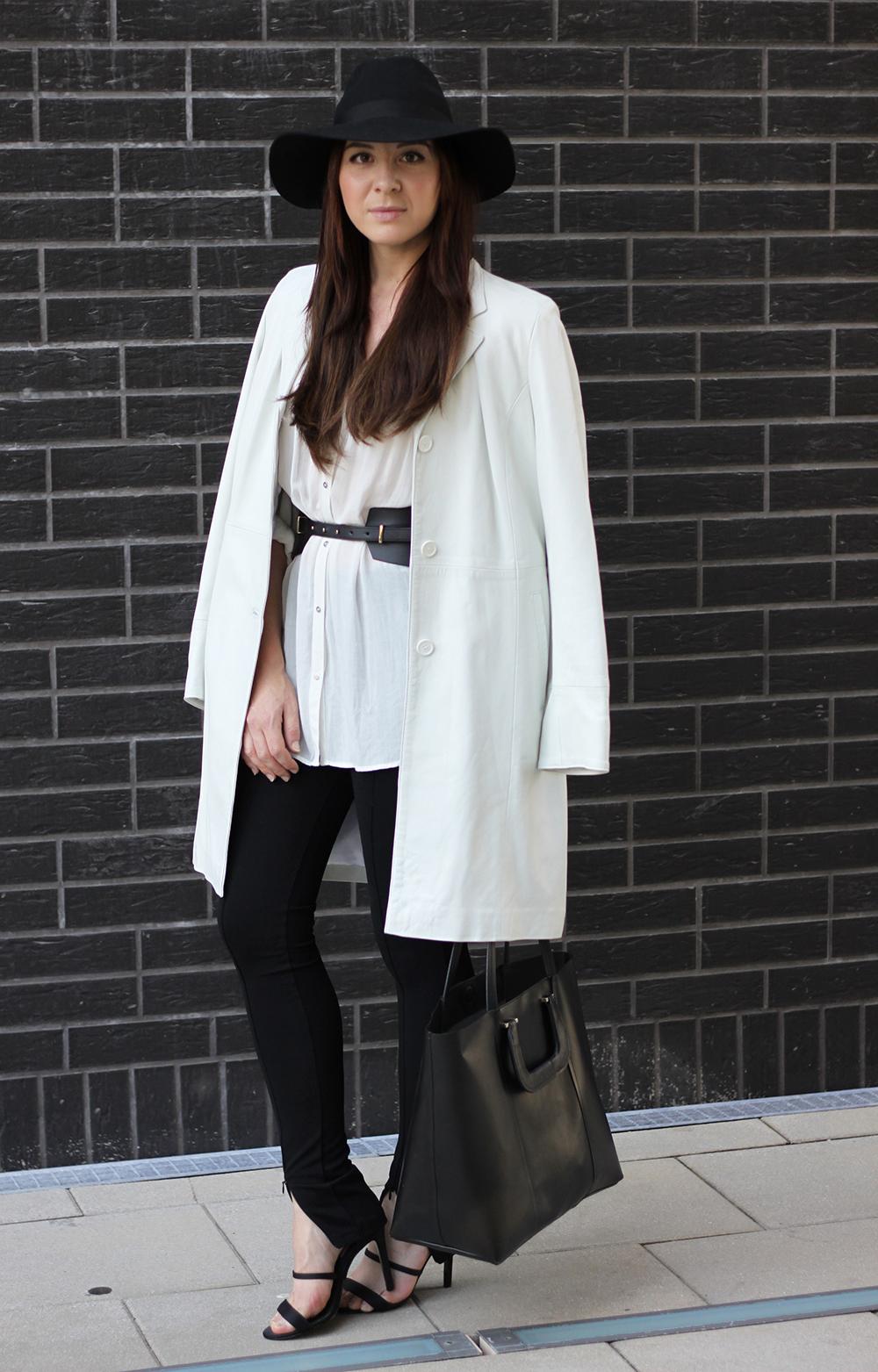 who is mocca, fashionblog tirol, fashionblog österreich, leggings H&M, high heels, ledermantel weiß vintage kleiderkreisel, bluse baumwolle, taillengürtel breit
