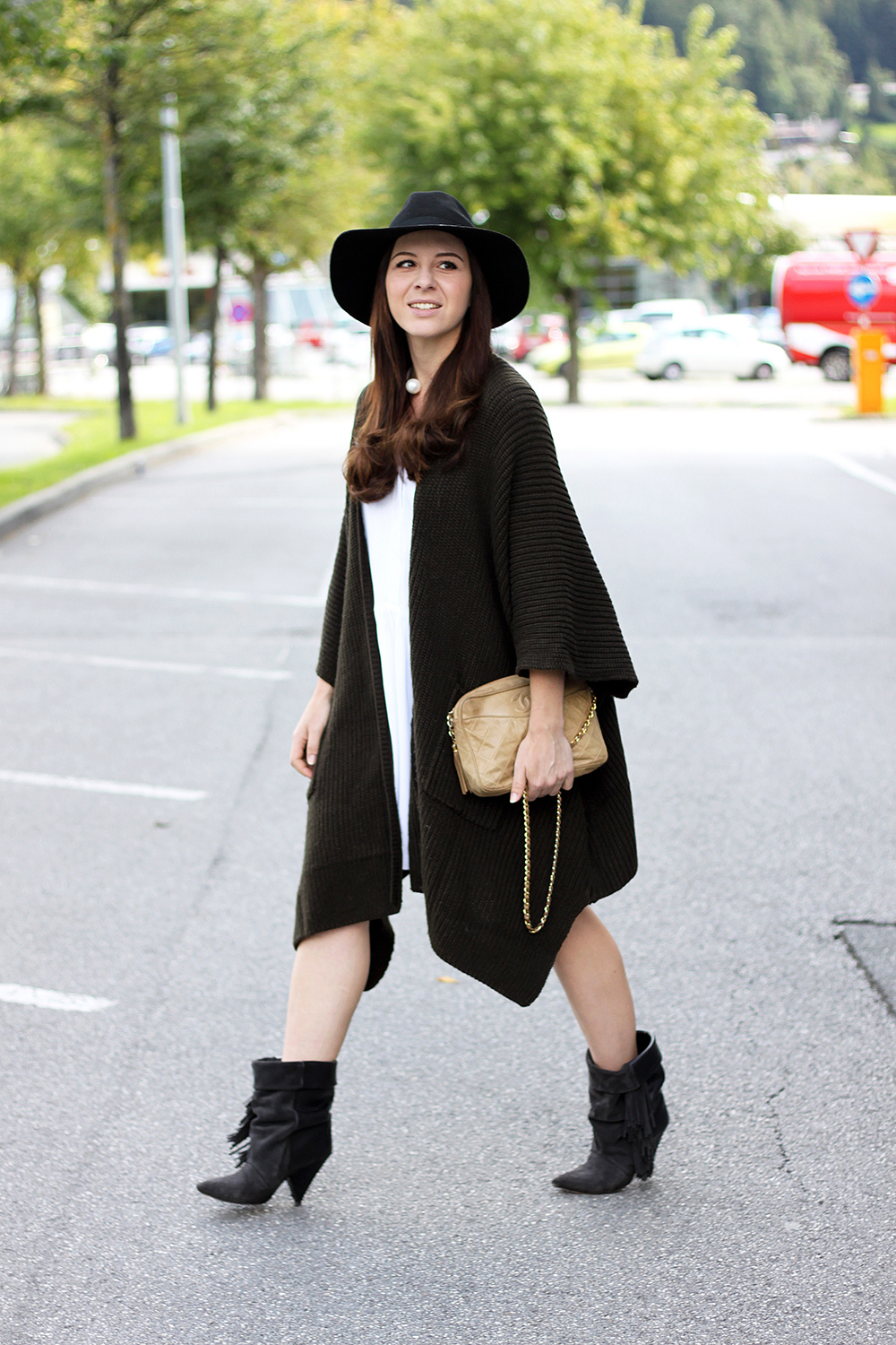 who is mocca, fashionblog tirol, beautyblog, interiorblog, sommerkleid herbst, cape asos strickcape, zara kleid weiss, chanel vintage tasche kaufen, isabel marant pour h&m boots, andrew boots, fedora hut topshop