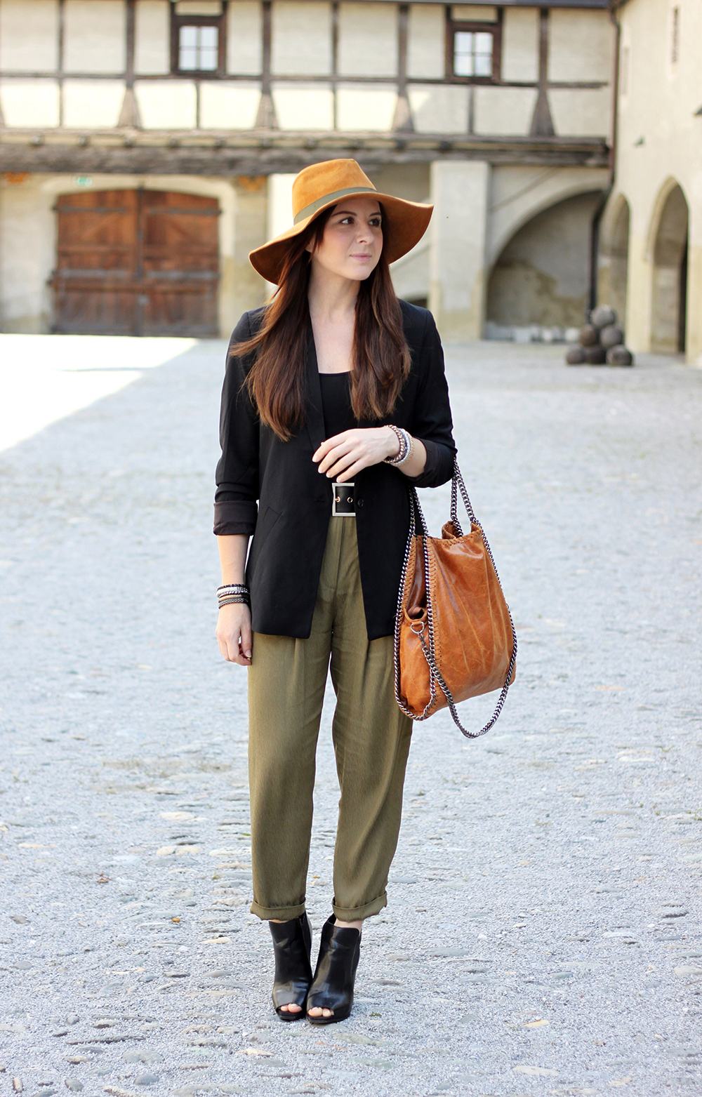 who is mocca, fashionblog tirol, fashionblog oesterreich, bundfaltenhose khaki, H&M Trend, peeptoe wedges zara kleiderkreisel, zara lederhut braun, long blazer, taillenguertel