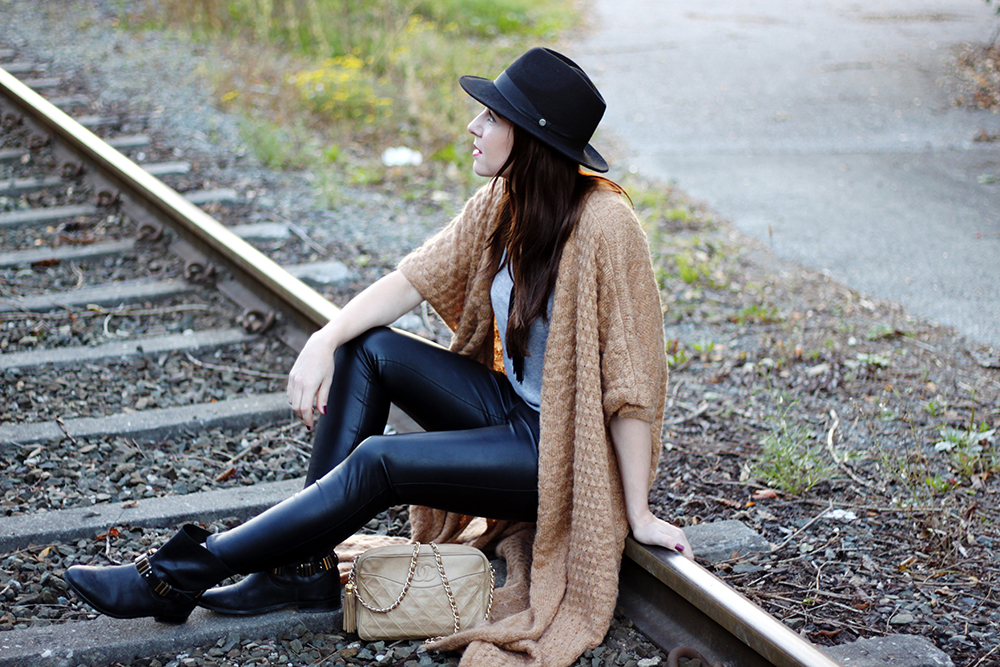 who is mocca, fashionblog, beautyblog, interiorblog, h&M trend cardigan, carvela boots, chanel vintage tasche, lederhose, fedora hut