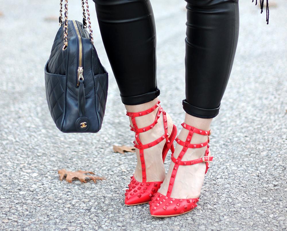 whoismocca fashionblog tirol kitten heels valentino rockstud lookalike rot studded lederhose cape poncho basicshirt chanel vintage tasche camera bag fedorahut gruen asos