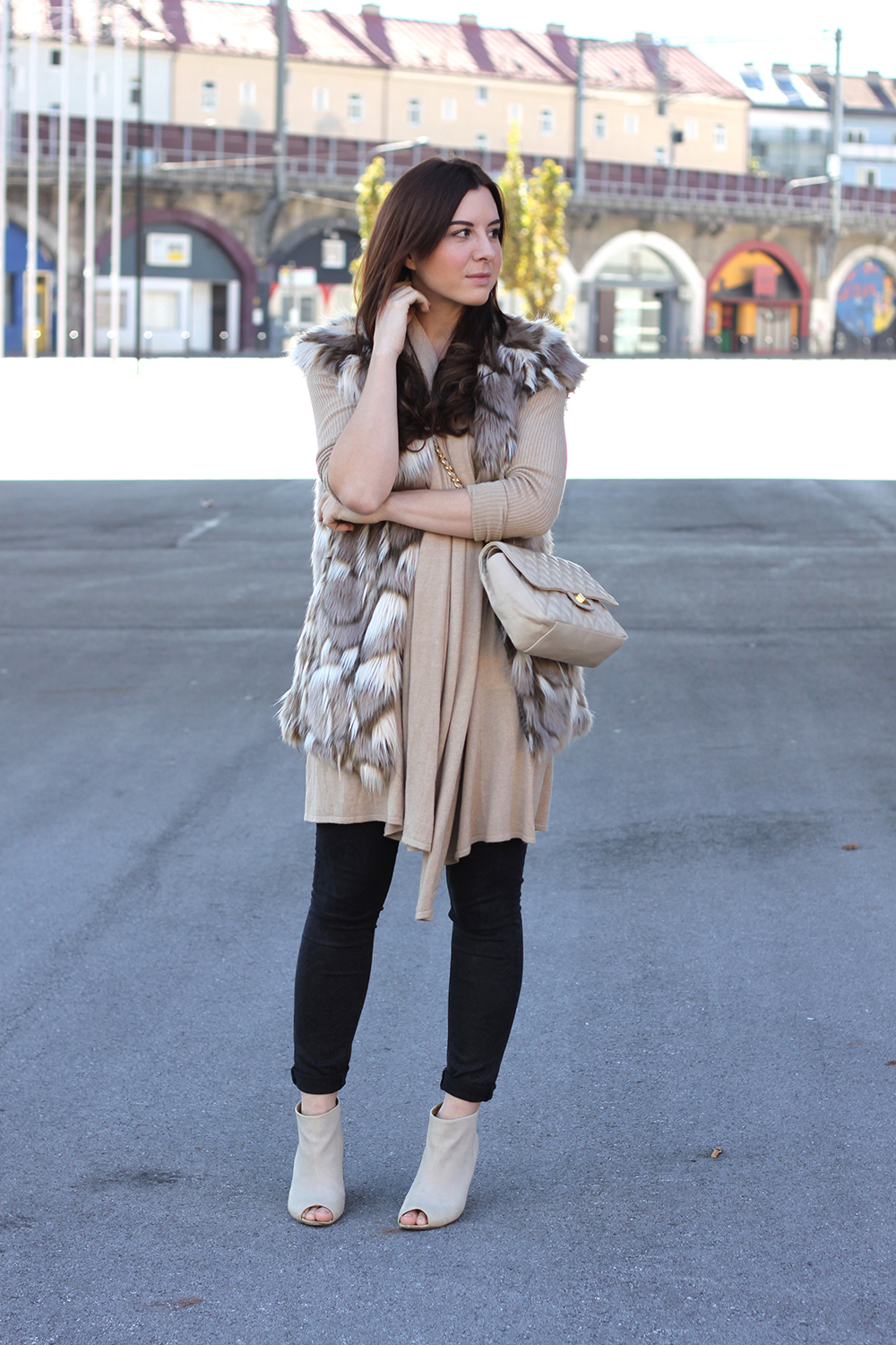 who is mocca, fashionblog, beautyblog, interiorblog, lifestyleblog, tirol, fake fur weste, how to style, how to wear, peep toe wedges cos, kleiderkreisel, gesteppte Handtasche, chanel lookalike