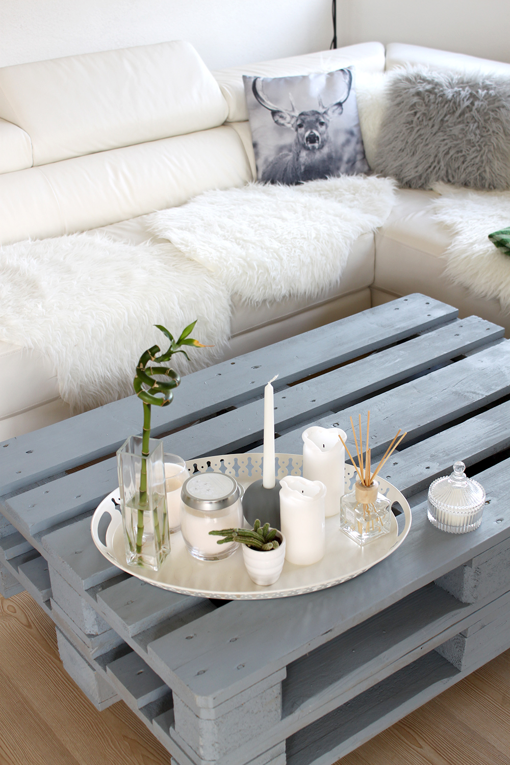 who is mocca, fashionblog, interiorblog, beautyblog, tirol, austria, oesterreich, dekoration idee, wohnzimmer, living room, europaletten tisch couchtisch diy, palettentisch, couchtisch, sofa, felldecke, ikea, primark,