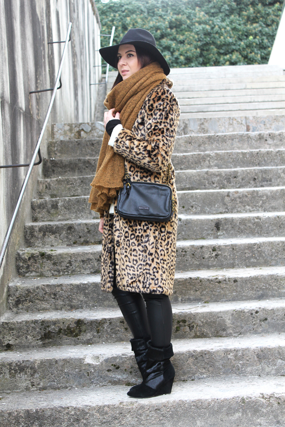 who is mocca, blogger tirol, fashionblog, xl schal tobacco asos, leo mantel forever21, wedges highheels stiefelette pony isabel marant lookalike, topshop schlapphut, lederhose, liebeskind umhängetasche, oversize pullover zara primark