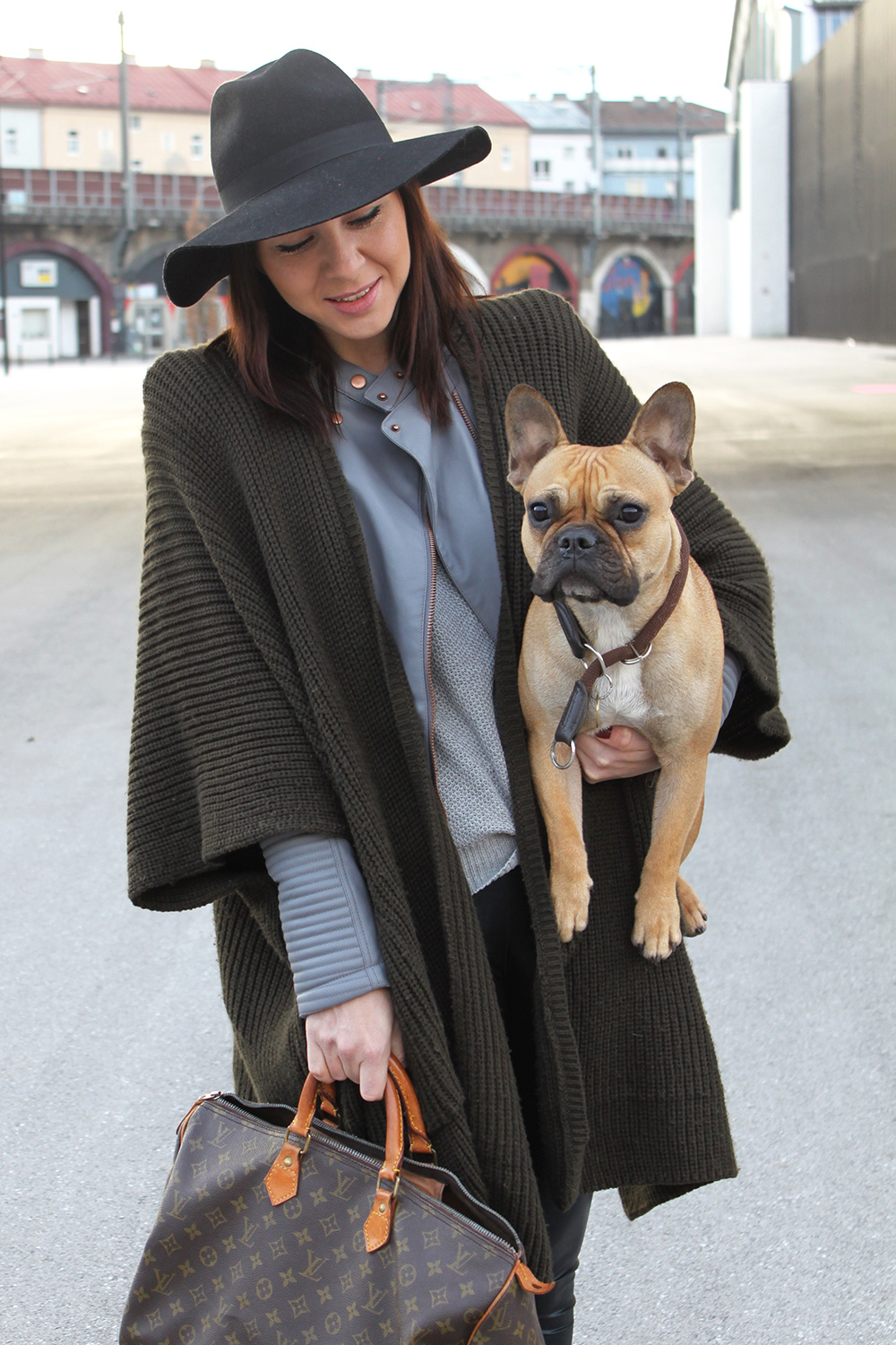 who is mocca, blogger tirol, cape asos khaki, lederjacke grau asos, louis vuitton speedy 40 vintage, kleiderkreisel, isabel marant pour H&M, Lederhose, franzoesische Bulldogge Mocca,
