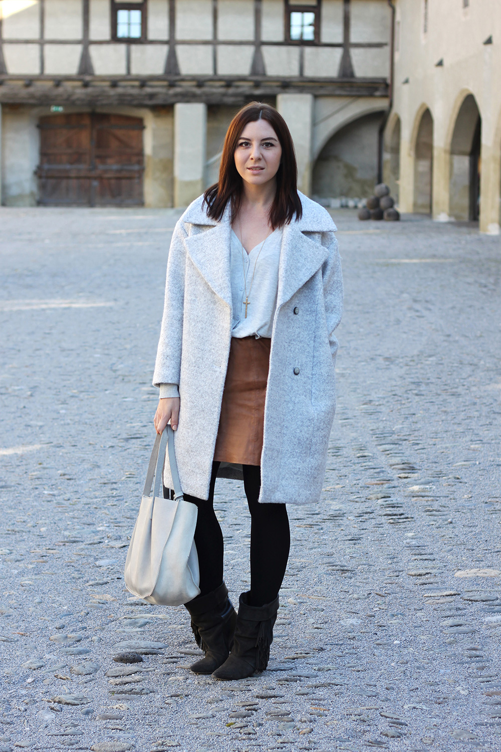 who is mocca, blogger tirol, fashionblog österreich, beautyblog, interiorblog, grauer mantel oversize H&M, Isabel Marant pour H&M Boots, Lederrock Mango, Cardigan XL Oversize