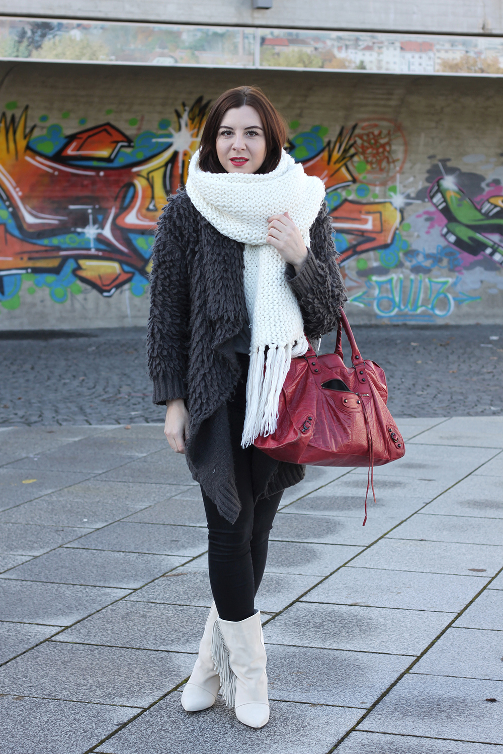 who is mocca, blogger tirol, balenciaga work tasche vintage, isabel marant stiefel fransen, skinny jeans, fluffy jacke oasap, xl strickschal diy, rote lippen