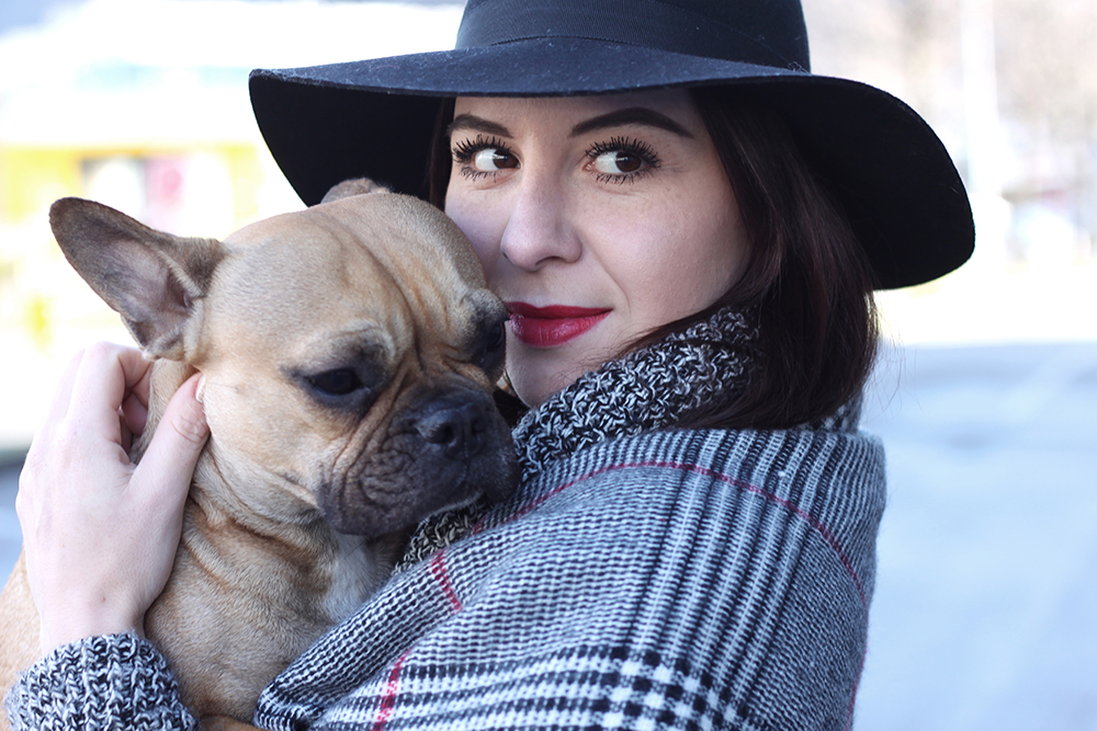 whoismocca-blogger-tirol-fashionblog-beautyblog-schal-cape-zara-shaping-skinny-pants-ankleboots-balenciaga-work-rot-2ndhand-designertasche-fedora-french-bulldog-02
