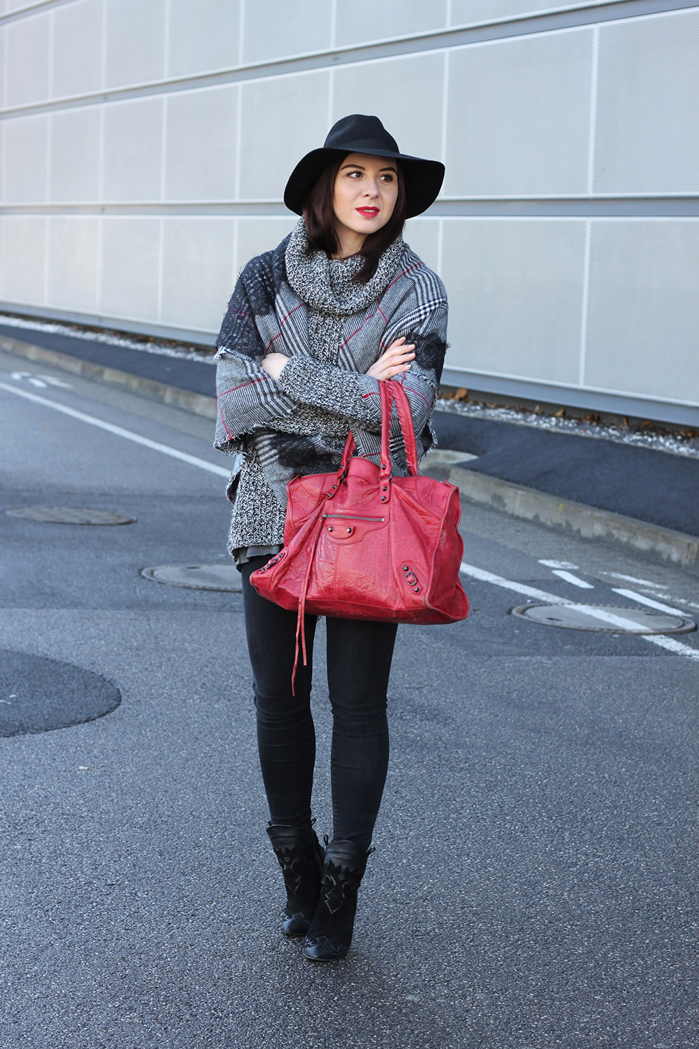 whoismocca-blogger-tirol-fashionblog-beautyblog-schal-cape-zara-shaping-skinny-pants-ankleboots-balenciaga-work-rot-2ndhand-designertasche-fedora-french-bulldog-04