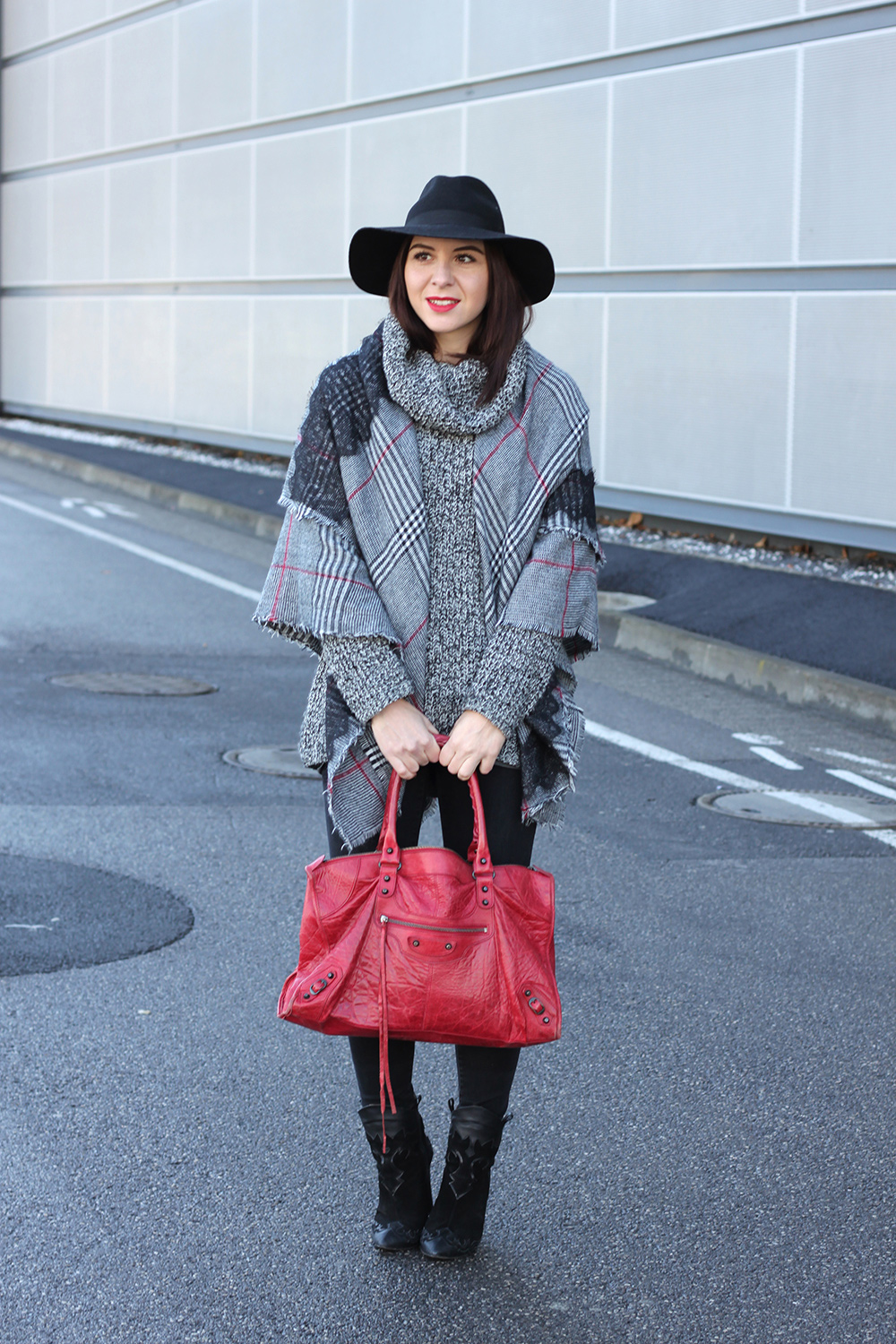 whoismocca-blogger-tirol-fashionblog-beautyblog-schal-cape-zara-shaping-skinny-pants-ankleboots-balenciaga-work-rot-2ndhand-designertasche-fedora-french-bulldog-05