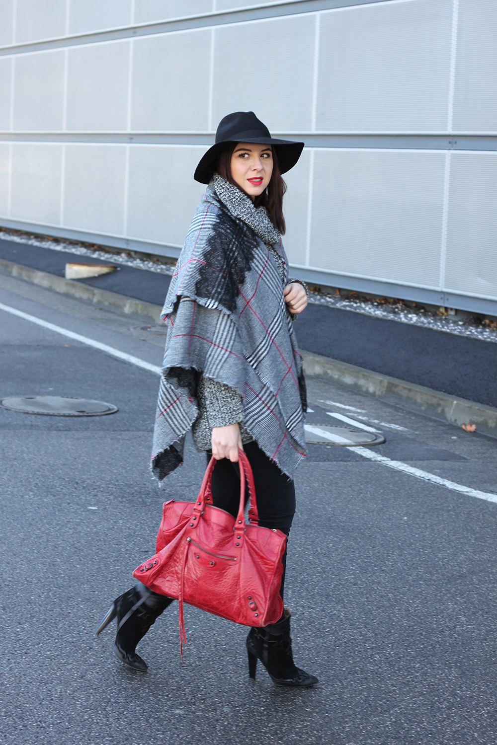 whoismocca-blogger-tirol-fashionblog-beautyblog-schal-cape-zara-shaping-skinny-pants-ankleboots-balenciaga-work-rot-2ndhand-designertasche-fedora-french-bulldog-06