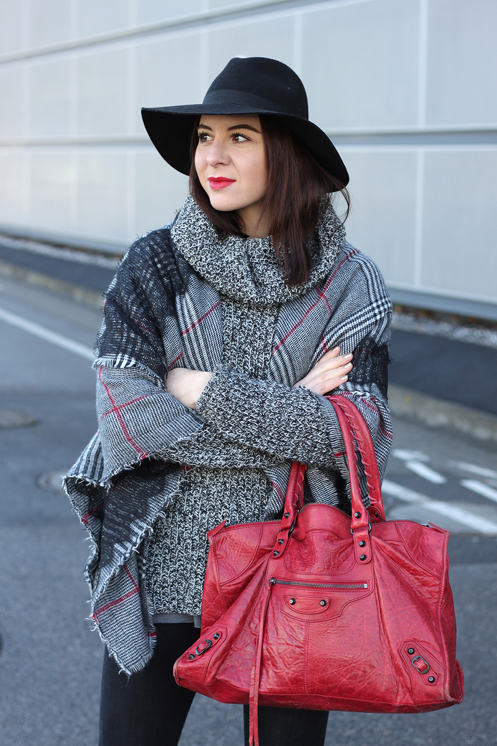 whoismocca-blogger-tirol-fashionblog-beautyblog-schal-cape-zara-shaping-skinny-pants-ankleboots-balenciaga-work-rot-2ndhand-designertasche-fedora-french-bulldog-10