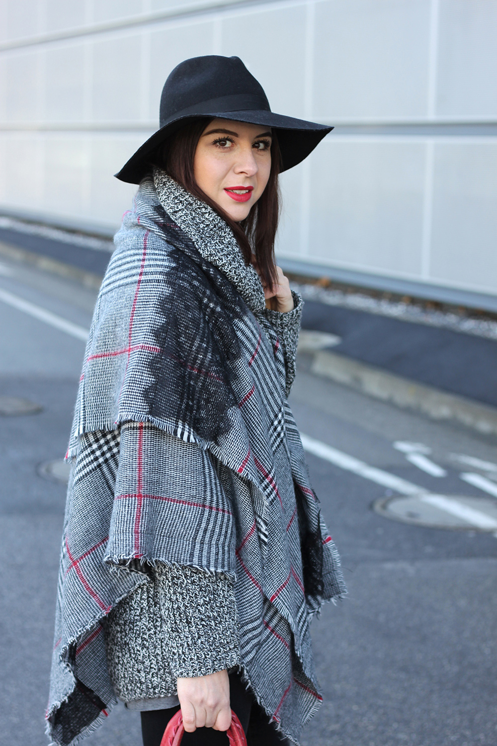 whoismocca-blogger-tirol-fashionblog-beautyblog-schal-cape-zara-shaping-skinny-pants-ankleboots-balenciaga-work-rot-2ndhand-designertasche-fedora-french-bulldog-12