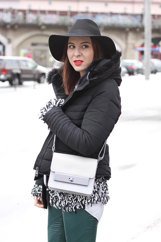 who is mocca, fashionblog tirol, blogger, grüne lederhosen, only, isabel marant pour h&M boots, fedora, topshop, cross body bag, isabel marant lookalike cardigan, daunenjacke, steppjacke zara, roter lippenstift zoeva