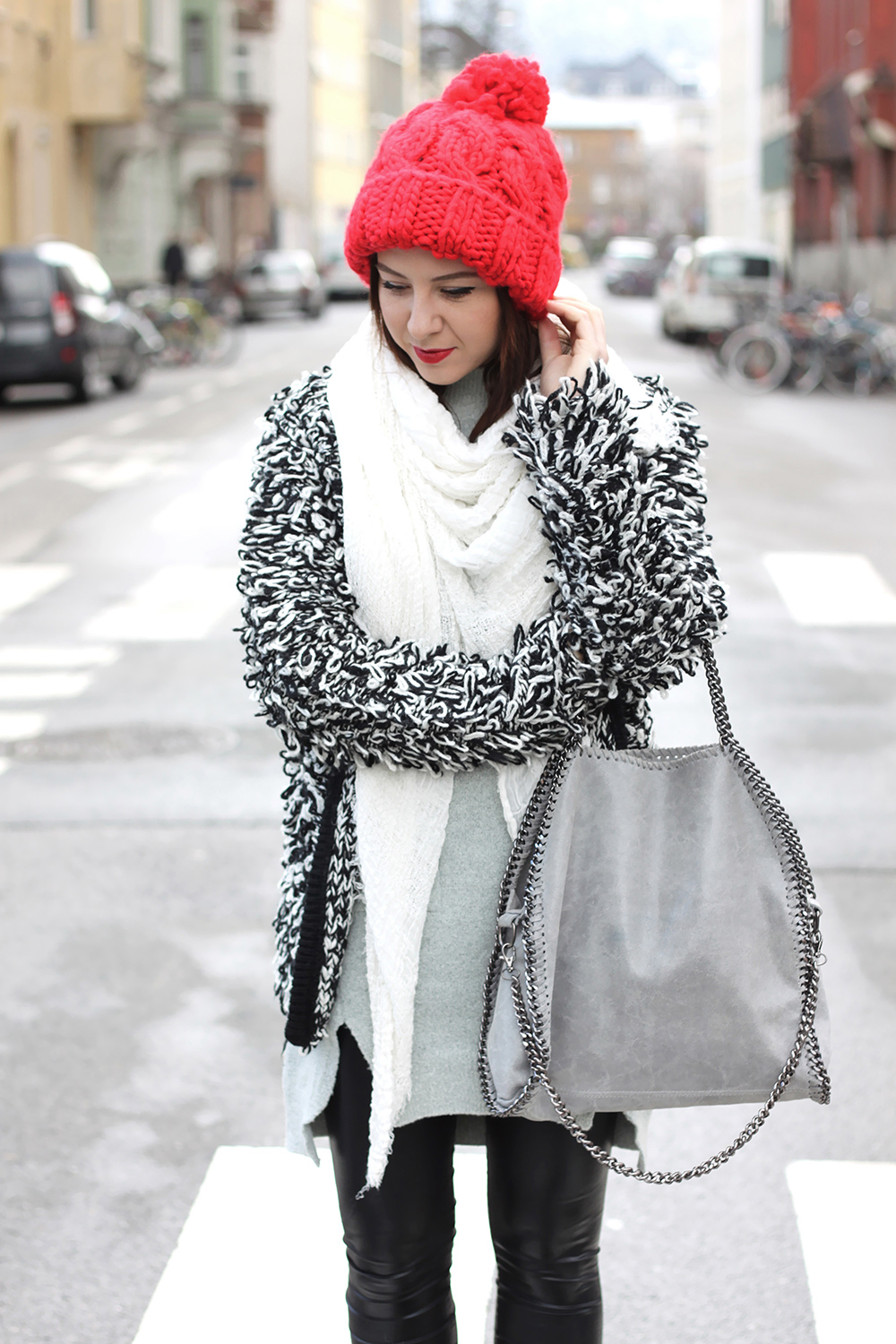 who is mocca, fashionblog, blogger tirol, austria, oesterreich, oasap strickpullover grau, wetlook leggings asos, fell booties zara, rote bommelmuetze topshop, stella mccartney lookalike falabella, xl schal tuch weiss, strickcardign glamorous, isabel marant lookalike, zalando