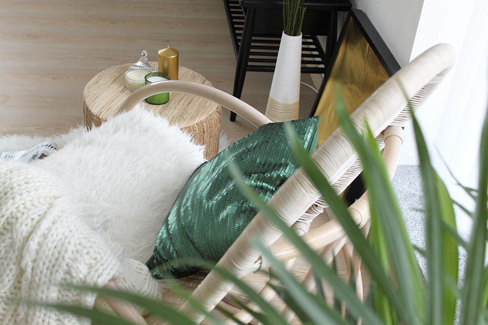 who is mocca, fashionblog tirol, blogger, interiorblog, wohnzimmer, kuschelecke, homestory, inspiration, pinterest, kerzen, schaukelstuhl, ottoversand, vertikale jalousien, pailletten polster, ikea, H&M, pouff, felldecke, fellteppich, pflanzen, gold, schwarz, beige, gruen