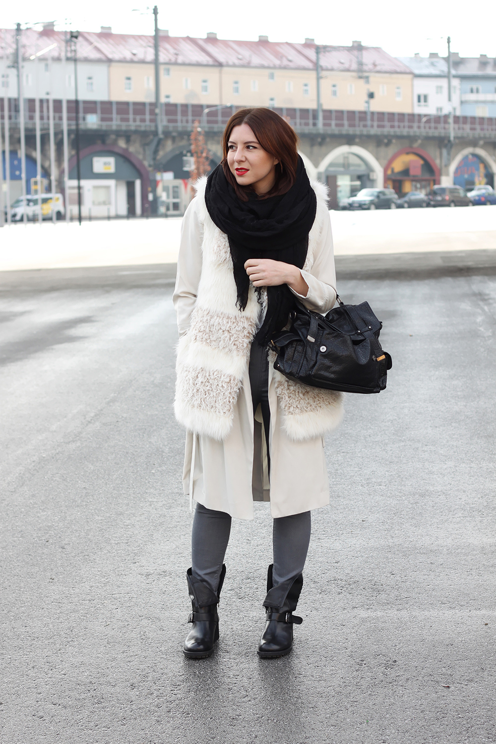 who is mocca, fashionblog, blogger tirol, layering, lagenlook, biker boots, duo boots, satchel pimkie sale, fake fur weste H&M, trench coat, schwarzes tuch zara, graue skinny jeans